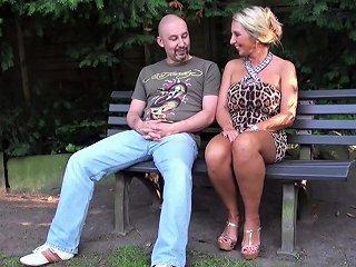 Fremder Typ Spricht Geile Milf Im Park An Und Darf Ficken Nuvid