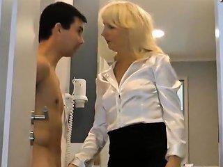 Stiefmami Kontrolliert Ob Sein Schwanz Richtig Funktioniert Drtuber