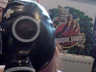 German Gothic Girl In Gasmaske Massiert Ihre Fetten
